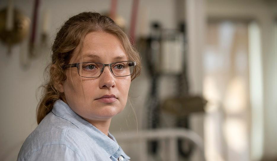 Episode-2-JSS-Season-6-of-AMCs-The-Walking-Dead-Merritt-Wever-as-Dr.-Denise-Cloyd-935x545